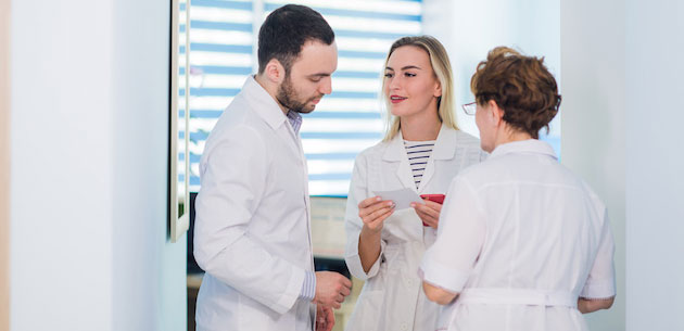 19-doctor-with-nurses-YS935GJ